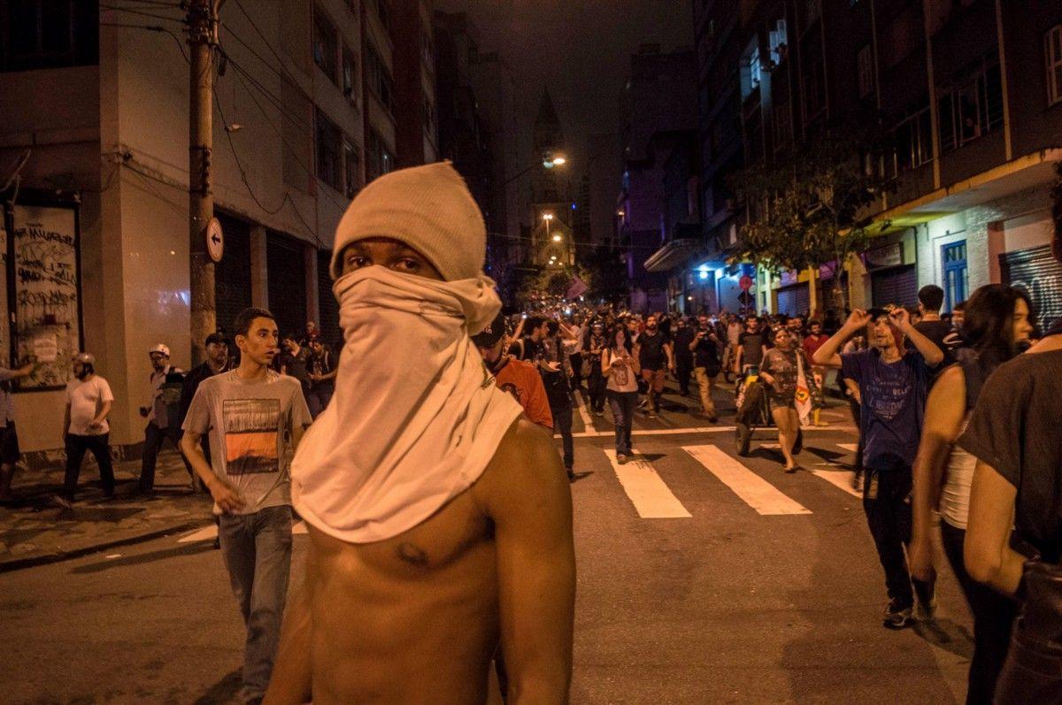 Fnac cancela evento sobre livro que aborda Black Bloc  e depois volta atrás