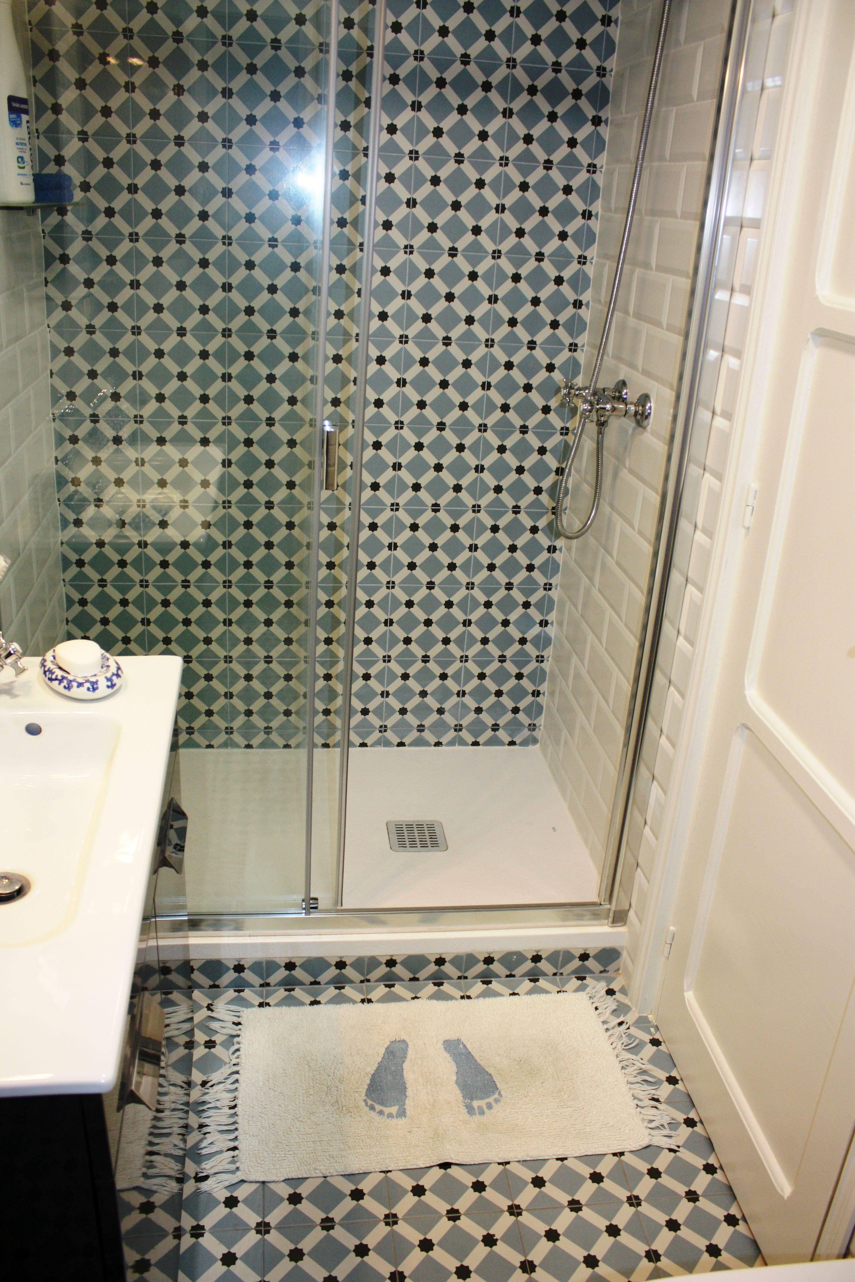 El cuarto de bao azulejos de vives 1900 y zola blanco mate henley victorian encaustic effect ceramic wall floor tiles rrp 20 x 20 dailygadgetfo Gallery