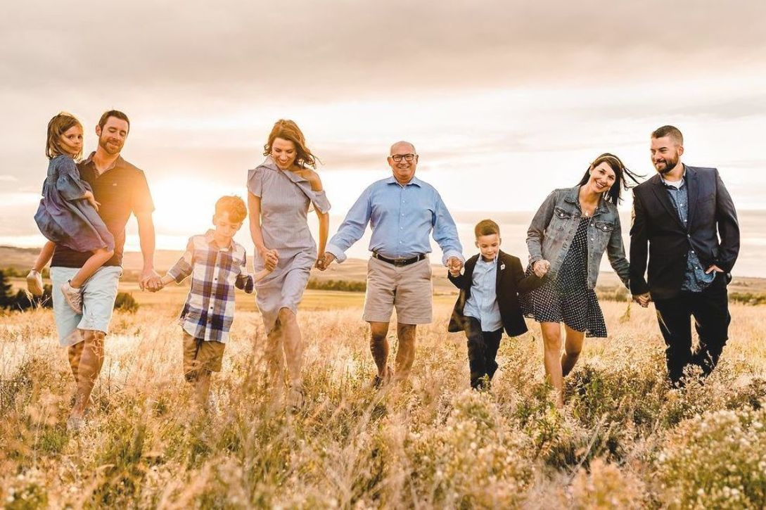 Golden hour extended family photo session on the farm! Colorado family  photographer. Examples of … | Family picture poses, Extended family photos,  Big family photos