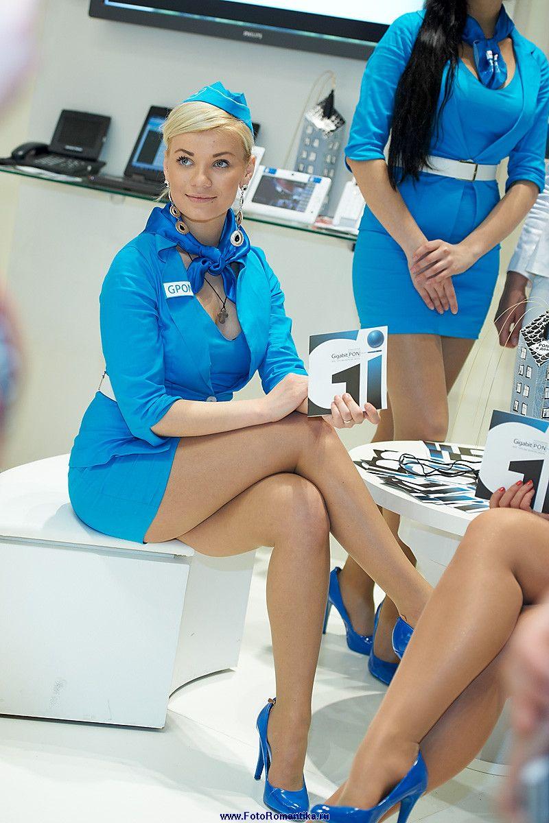 Стюардессы в коротких юбках, развратная блондинка на столе