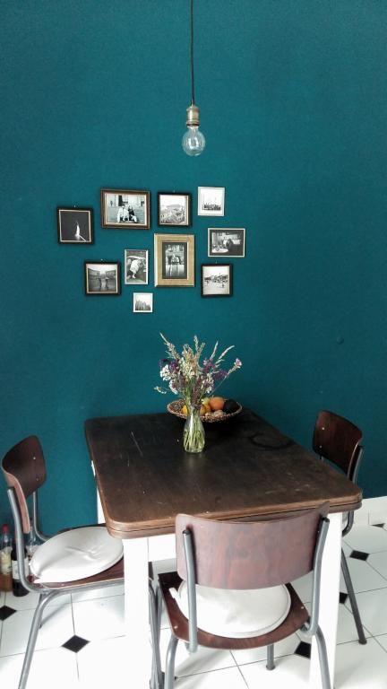 Esszimmer-Einrichtung Schöne Holzgarnitur aus Tisch und Stühlen vor - dunkelblaue kche