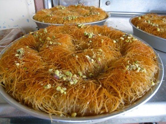Ένα από τα ωραιότερα γλυκά του ταψιού που μπορεί να γευστεί κάποιος είναι αναμφίβολα το κανταΐφι. Κι όταν η συνταγή φέρει την υπογραφή του Στέλιου Παρλιάρου η επιτυχία είναι δεδομένη!!!  Υλικά: 1 κιλό φύλλο για κανταΐφι 500 γρ. φιστίκι Αιγίνης κομματιασμένο 200 γρ. βούτυρο 100 γρ. σκόνη από αλεσμένο φιστίκι για διακόσμηση για το σιρόπι: 1 λίτρο νερό 1500 γρ. ζάχαρη Εκτέλεση: Ξάνετε πολύ [...]