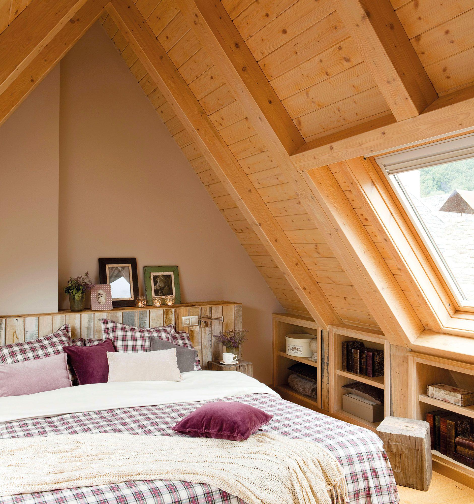 Dormitorio r stico en buhardilla con cabecero y techo de - Casas con buhardilla ...