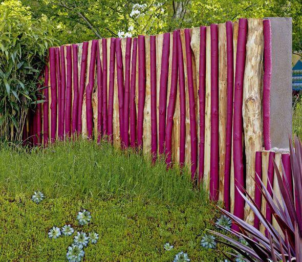 Sichtschutz aus Holzstämmen, unterschiedlich lackiert Natur und - trennwand garten holz