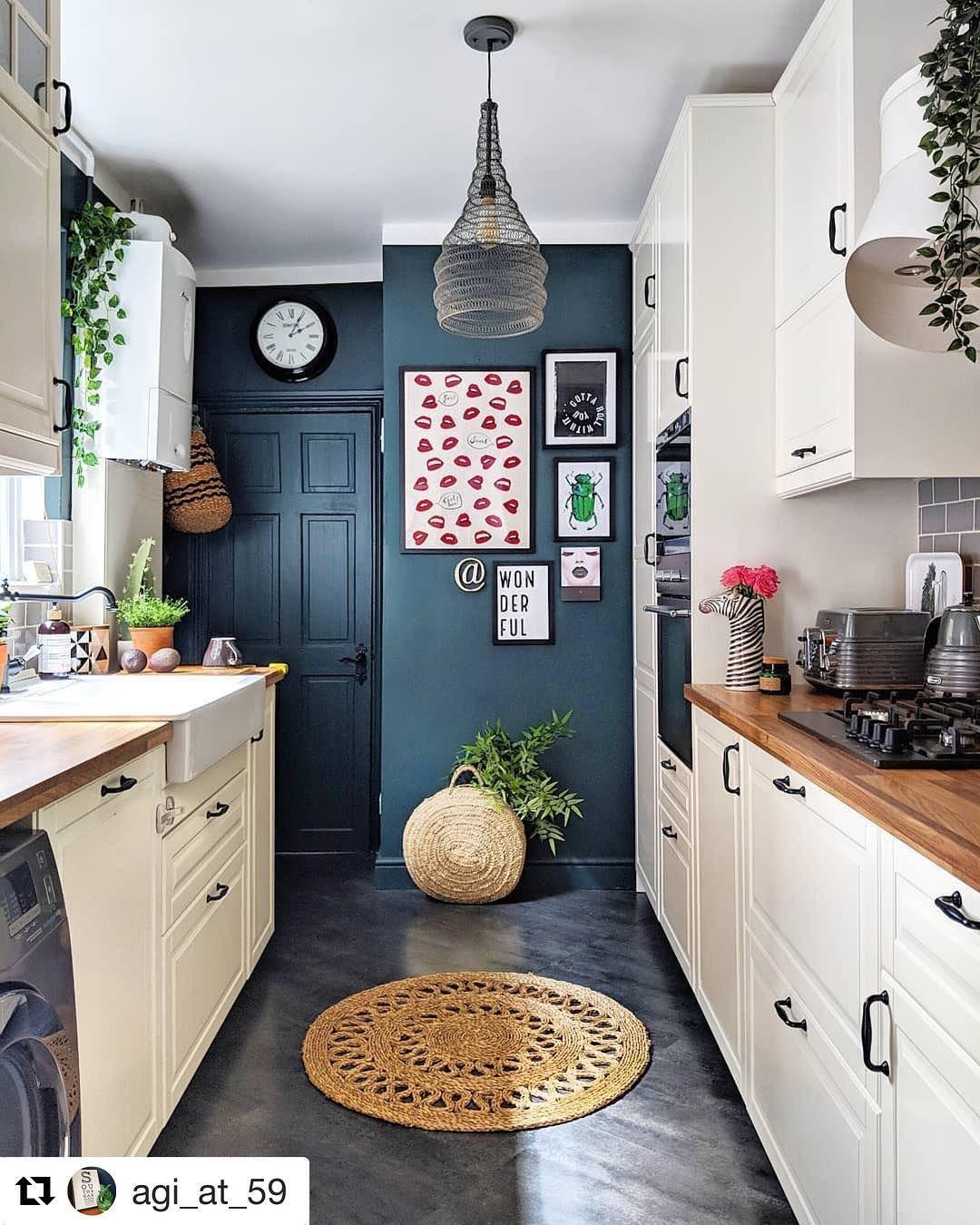 Sila Kontrastu I Biala Kuchnia Prezentuje Sie Zupelnie Inaczej Natomiast Drzwi W Kolorze Scian Kitchen Redesign Kitchen Design Small Kitchen Remodel Small