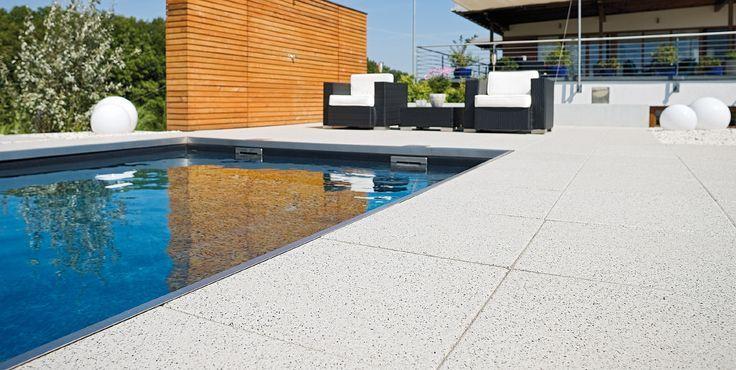 Arcadia-Platten richten das Wohnzimmer im Grünen perfekt ein. Gestrahlte Oberflächen machen die schönen Naturstein-Edelsplitte sichtbar. Dezent, ru… – Mirjam