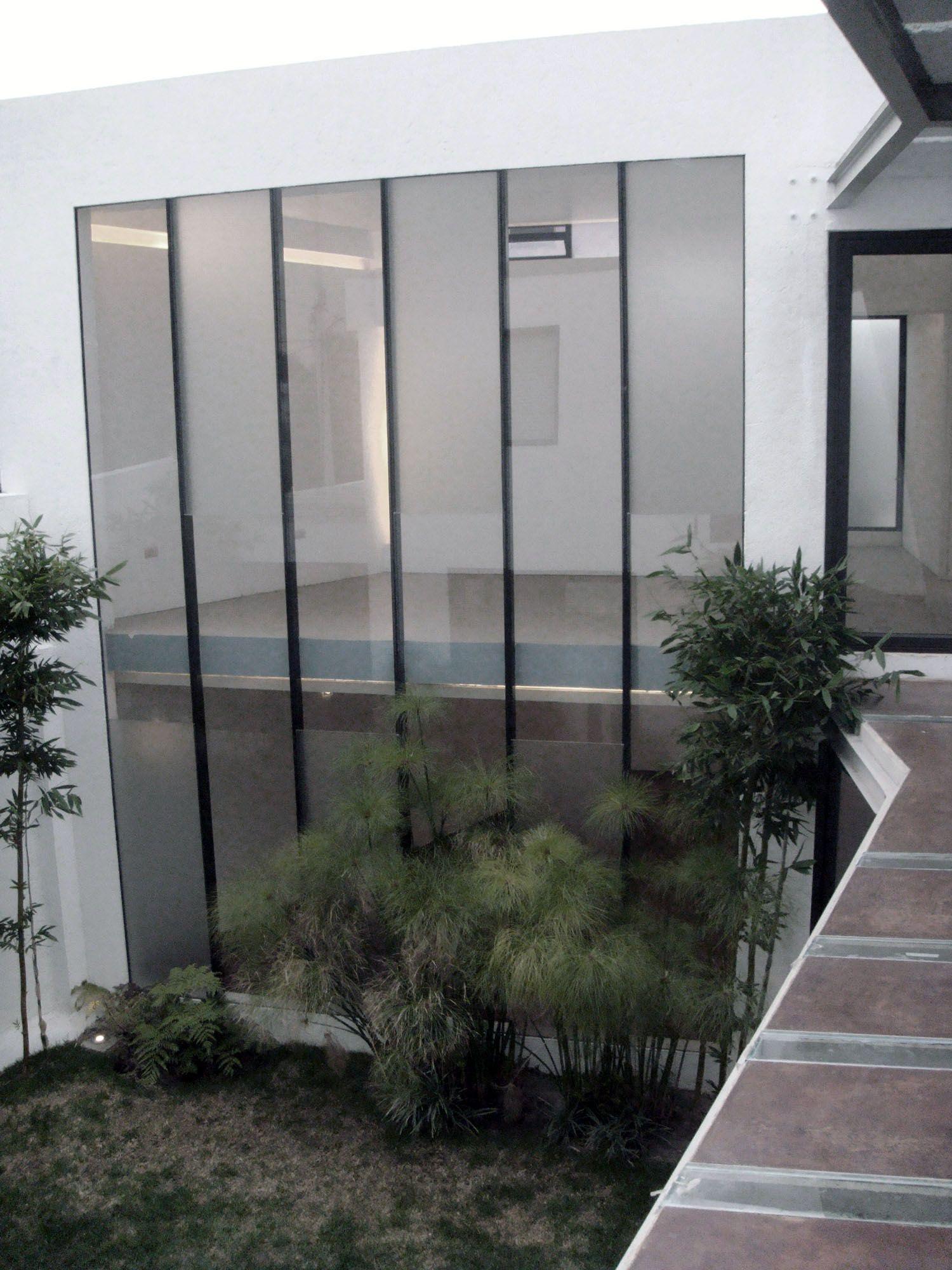 Casa Moro / Jardín Los volúmenes de la casa se conectan mediante un puente, el cual pasa por el jardín central de la casa. La vegetación y áreas verdes son elementos primordiales en nuestros proyectos.