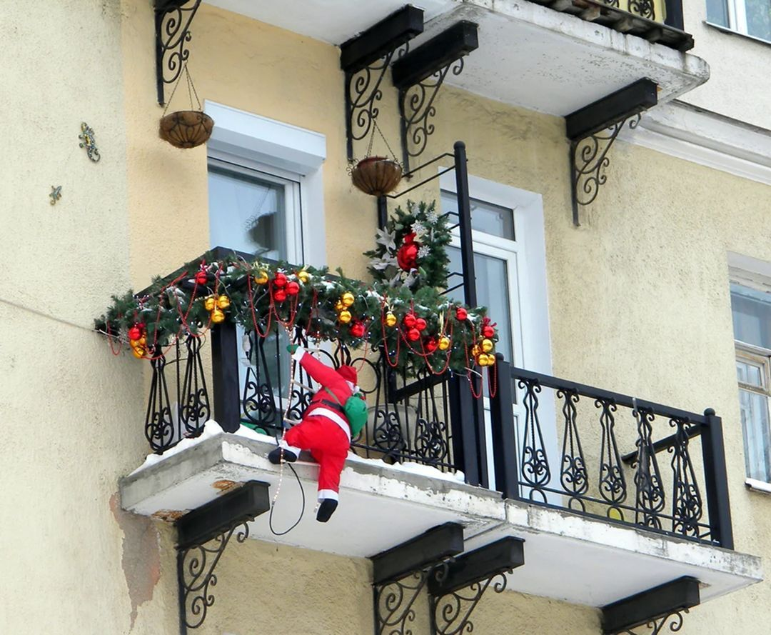 10 Charming Christmas Decorations for Small Apartment Balcony #ApartmentBalconyDecoration #C...