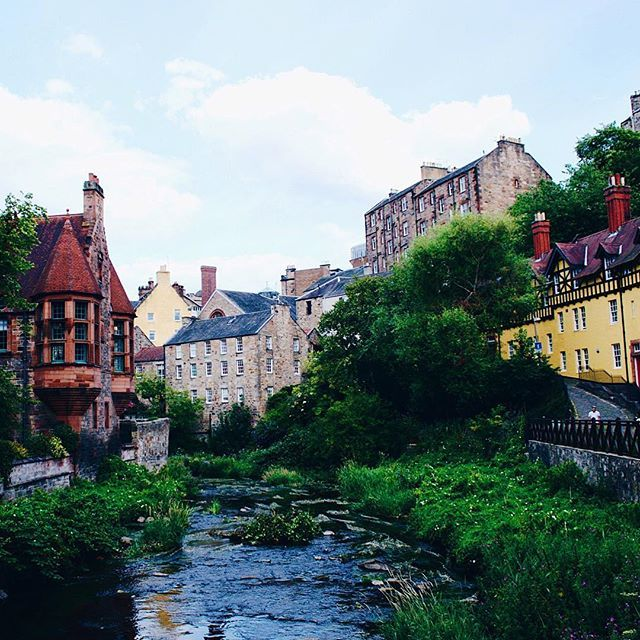 📍Dean Village, Edimbourg • Si vous visitez Edimbourg, passez par Dean Village! Ce petit quartier est adorable avec ses vieilles maisons en pierres colorées et la rivière qui serpente au milieu. Très photogénique vous ne trouvez pas? _______________ Facebook : visitersanfrancisco Twitter : voyagestephanie Pinterest : stephanievoyage _______________ • • • • • #edinburgh #scotland #edimbourg #ecosse #visitedinburgh #IGersEdinburgh #thisisedinburgh #edinphoto #edinburghhighlights #instascotland #lo
