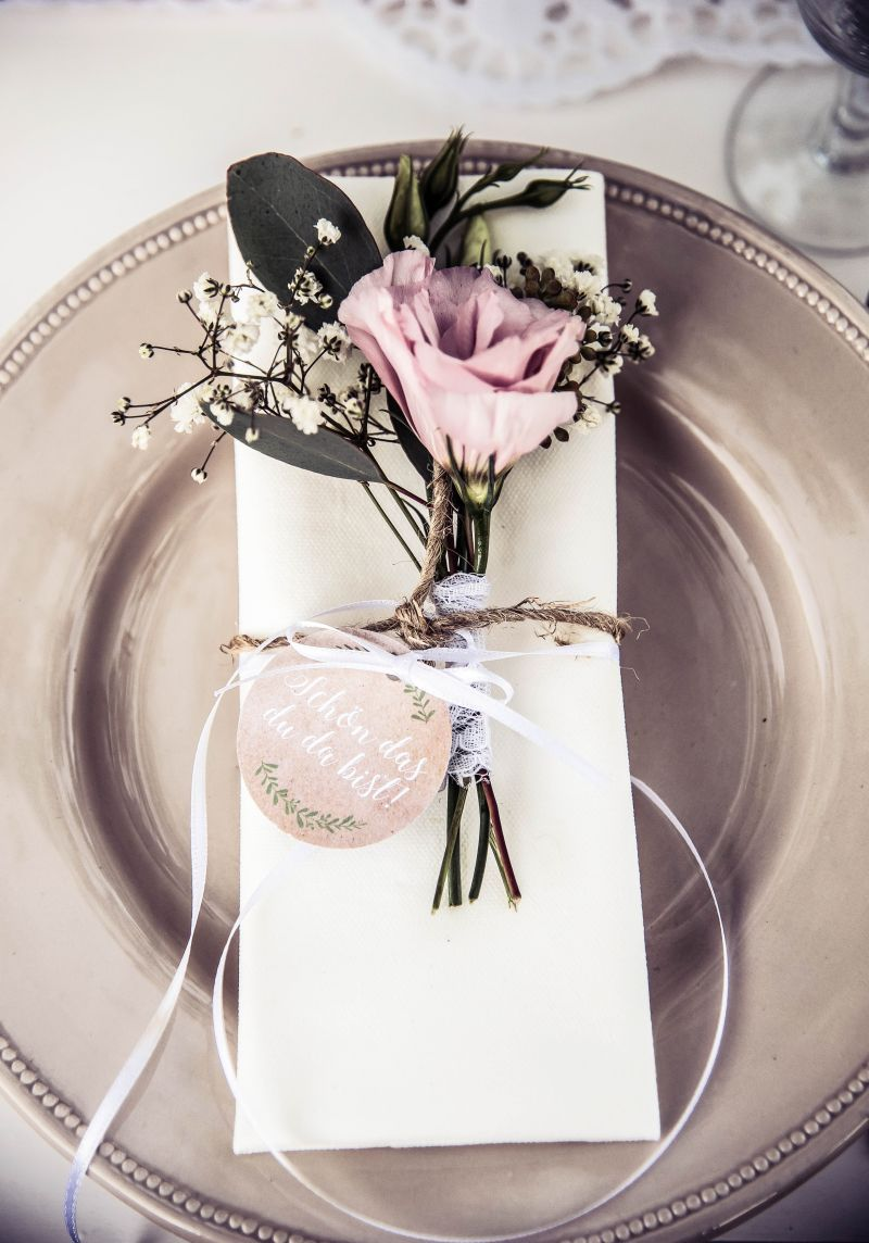 Wedding decorations on tables  Serviette mit kleinem Strauß Jute und Spitze Bild Juliane Struck