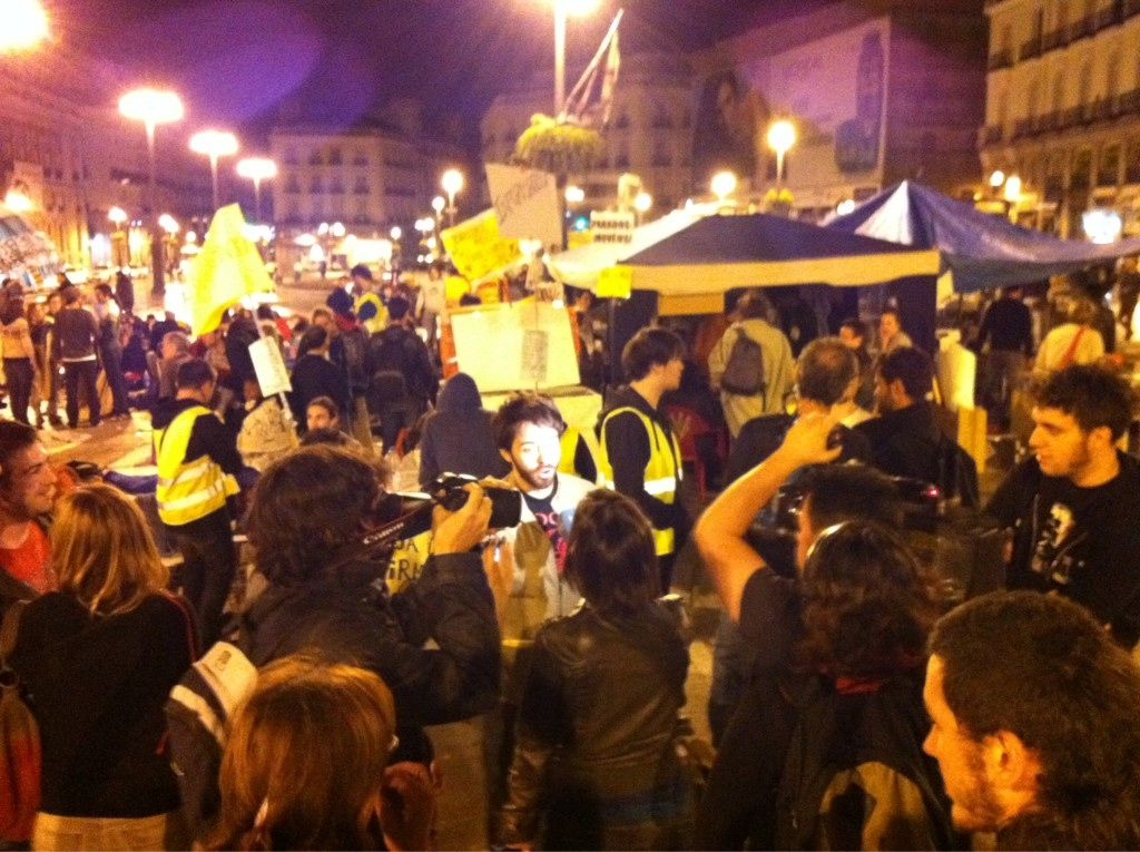"Fecha: 17/5/11. Hora: 03.27. Tuit original: ""Rueda de prensa improvisada en plena madrugada en la #spanishrevolution #acampadaSol""."