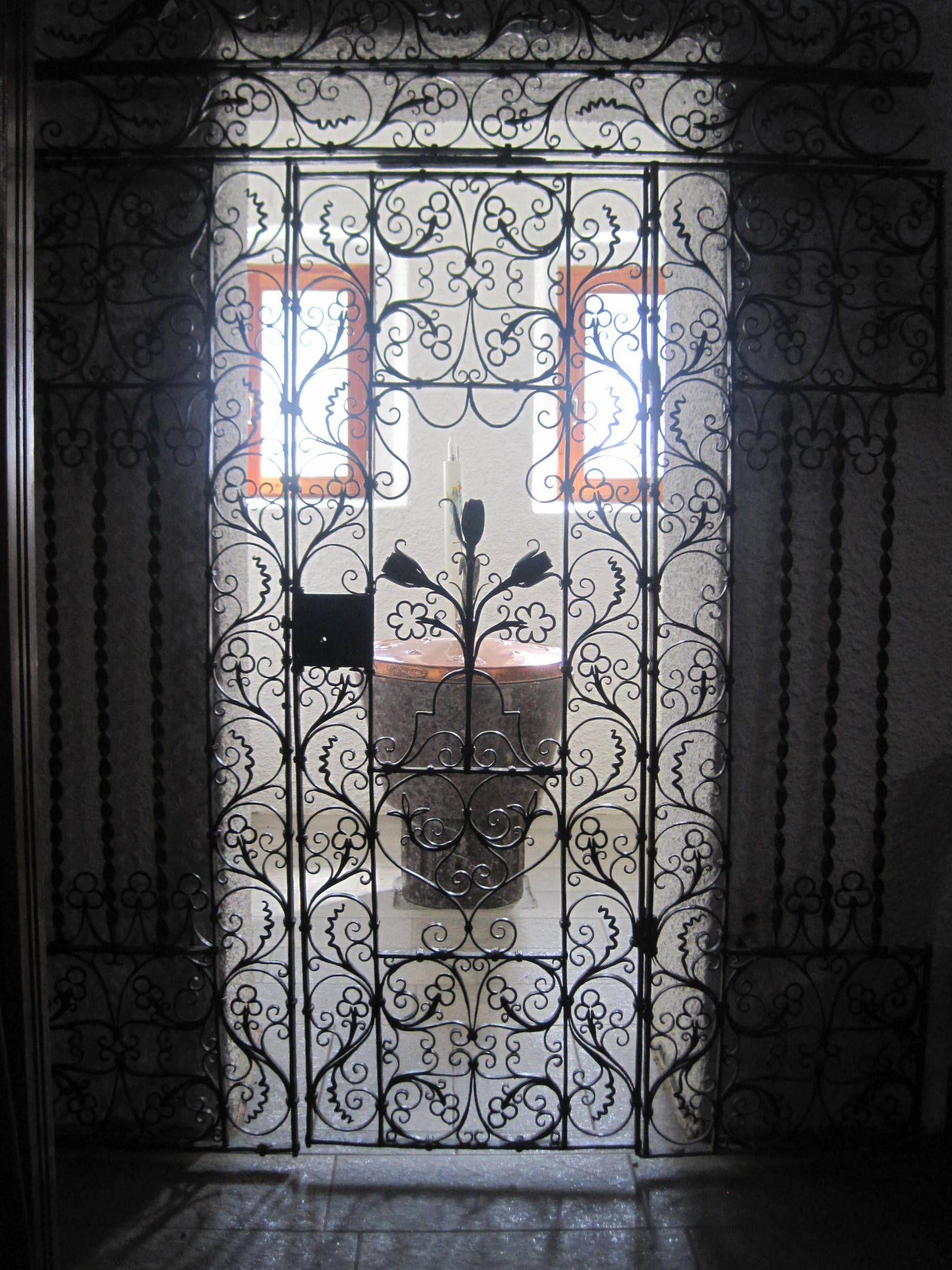 -Chiesa San Pietro e Paolo. ferro battuto dell'ingresso del Battistero.