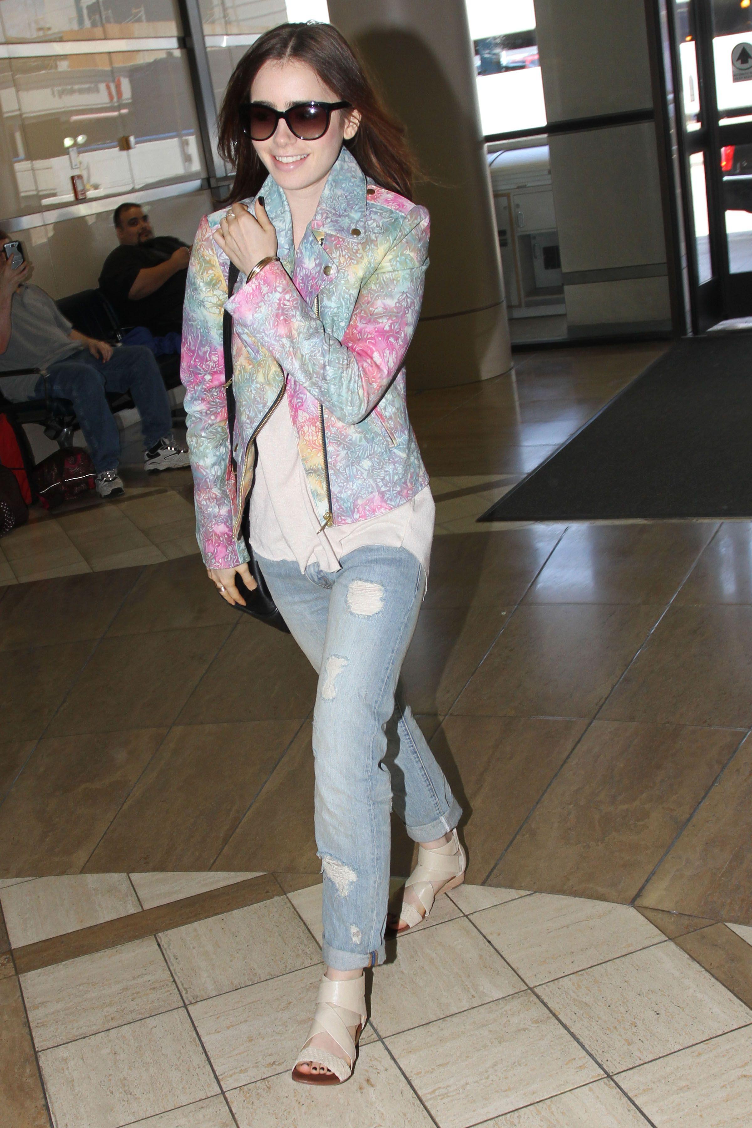 La actriz británica-estadounidense, hija del músico británico Phil Collins aterrizó  el lunes 29 de Julio en el aeropuerto internacional de L.A. luciendo unos vaqueros estilo Boyfriend de Denim & Supply Ralph Lauren.