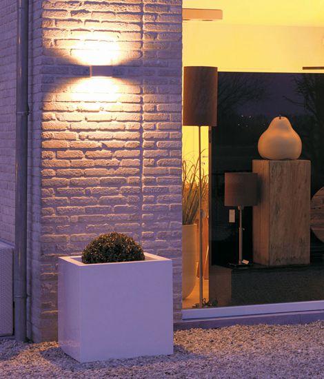 L 39 esterno di un negozio illuminato da un applique con luci for Illuminazione led casa esterno
