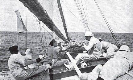 Alfonso XIII, regateando en Santander a bordo del Hispania-  William Fife II diseño el 'Hispania', en 1909. Perteneciente a la clase 15 Metros de Fórmula Internacional, fue construido en los astilleros Karpard, en Pasajes de San Juan, para S. M. Alfonso XIII.