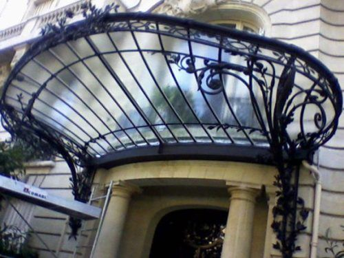 Iron and glass entrance canopy une marquise oon mar keys is a glass canopy over an entrance for Une marquise