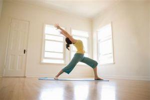 Como Hacer Yoga En Casa Para Reducir El Estrés Hacer Yoga En Casa Hacer Yoga Yoga En Casa