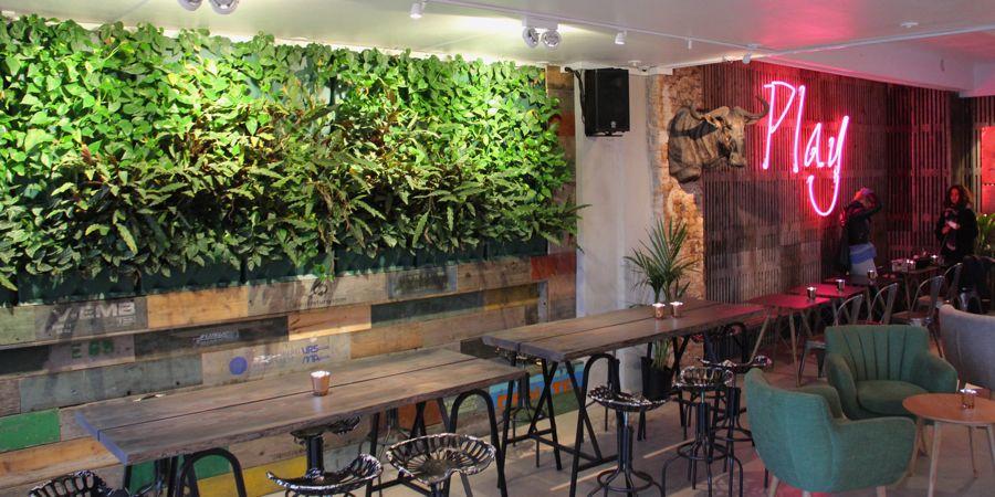 Noho café og kontorhotel har brugt plantevæggen som et grønt modspil til råt murværk og slidt træværk
