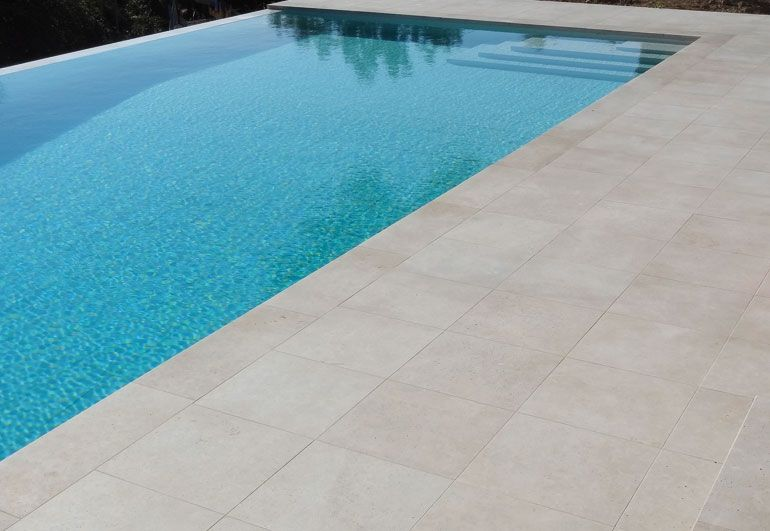 Dallage piscine en pierres naturelles beige dallage for Carrelage exterieur piscine