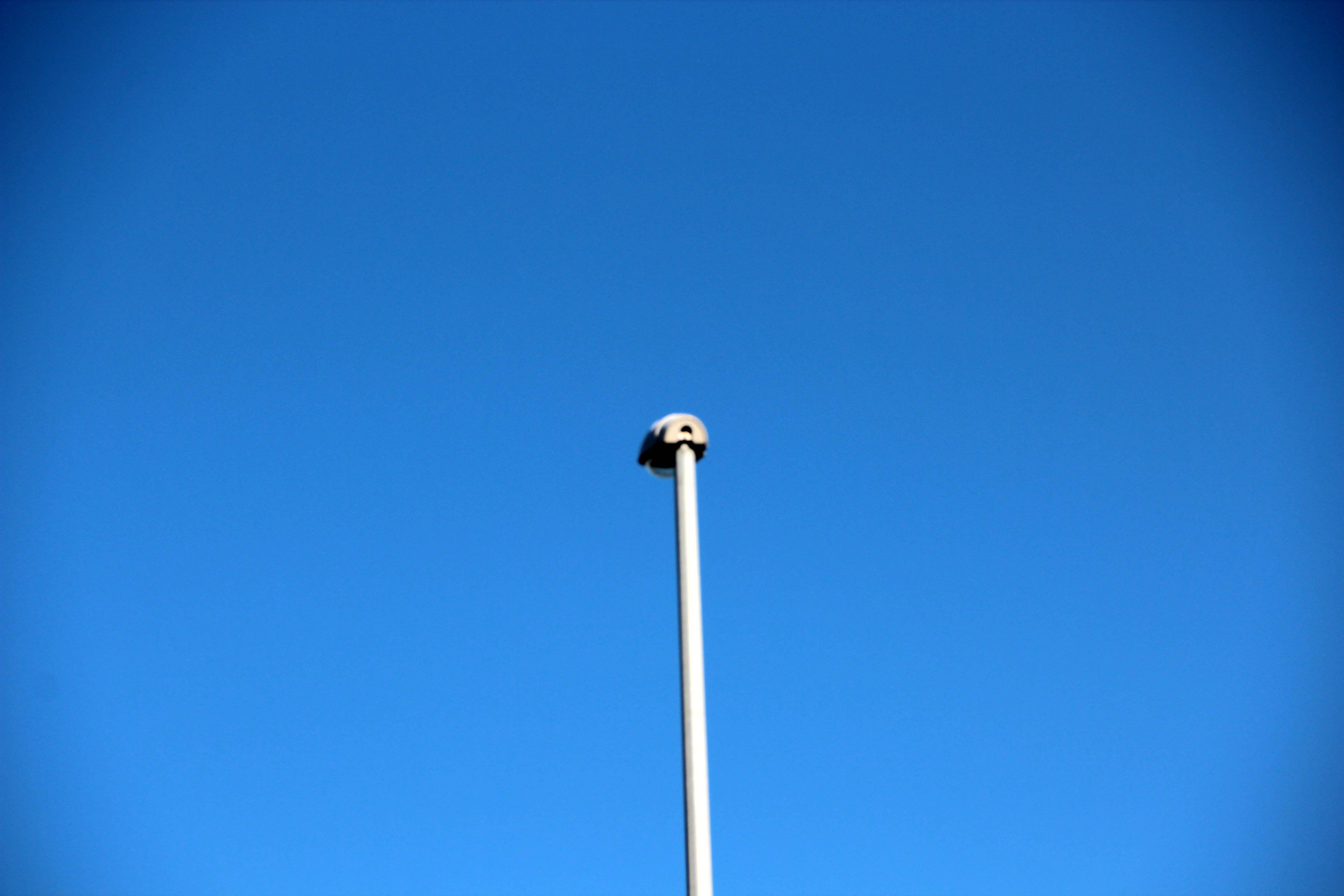 Fotografie van lijnen: Een verticale lijn die eindigt in een ovaalvormig object.