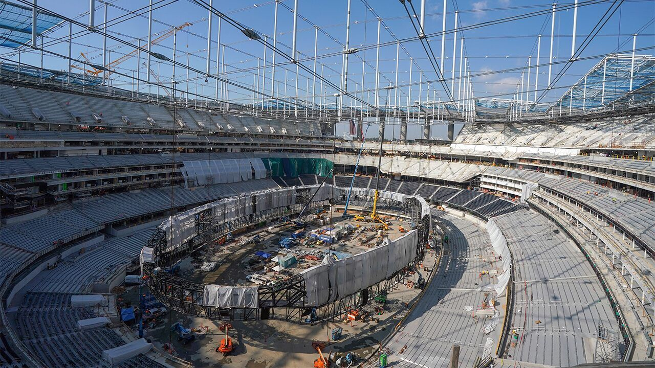Sofi Stadium Home To Rams And Chargers Hangs Largest Video Scoreboard Of Its Kind Weighing Over 2m Pounds Michaelantonio Media In 2020 Nfl News Stadium Nfl Stadiums