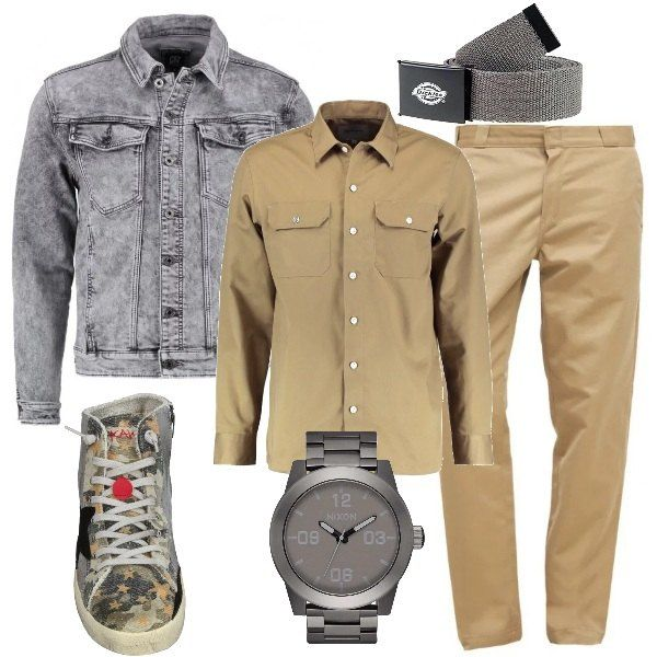 Un giubbotto di jeans è abbinato a chino e camicia a manighe lunghe beige.  Le sneakers sono di pelle e tessuto colorato. La cintura è monocolore di  tela.