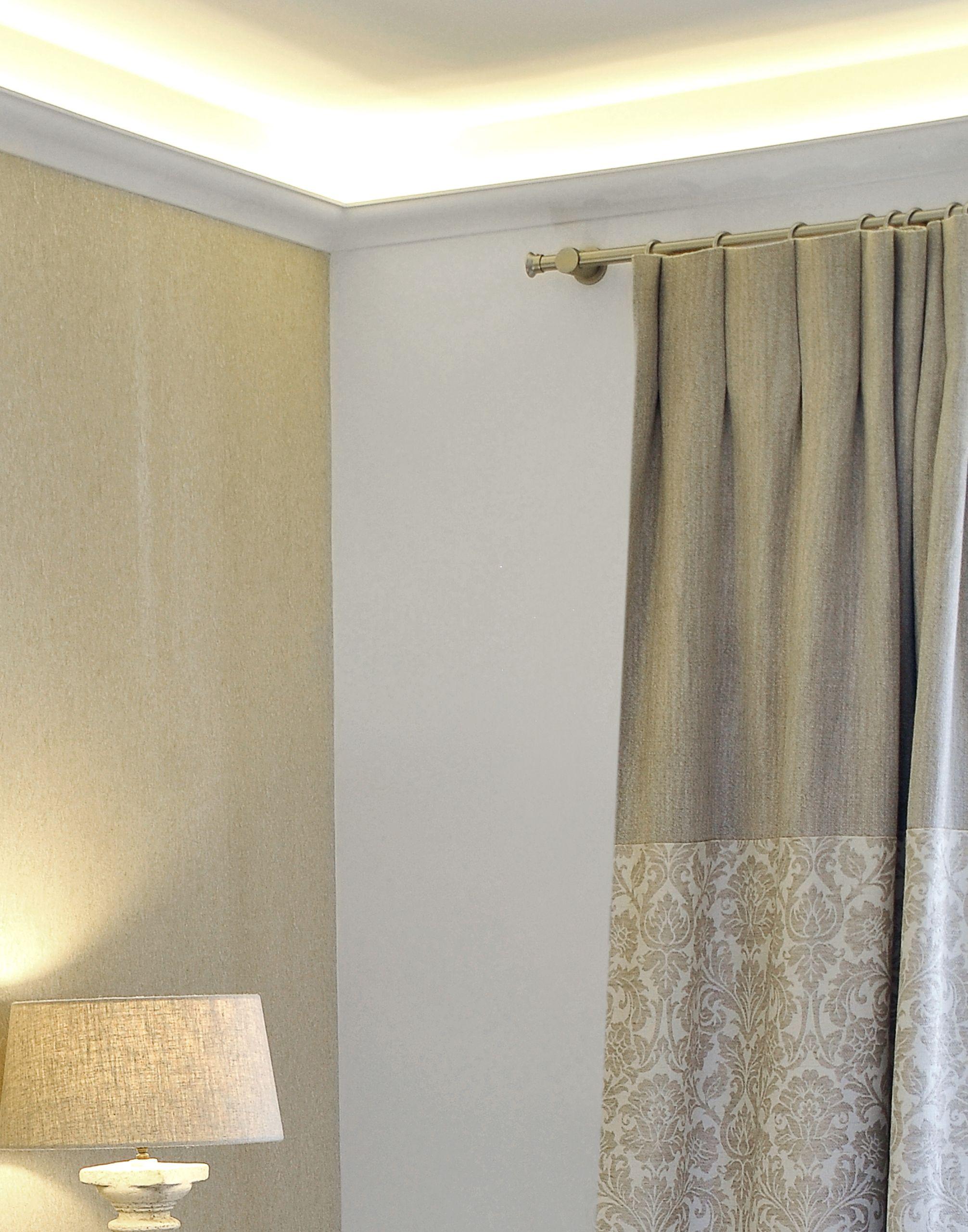 classique et sobre une barre en nickel bross avec ses anneaux pour des rideaux en double. Black Bedroom Furniture Sets. Home Design Ideas