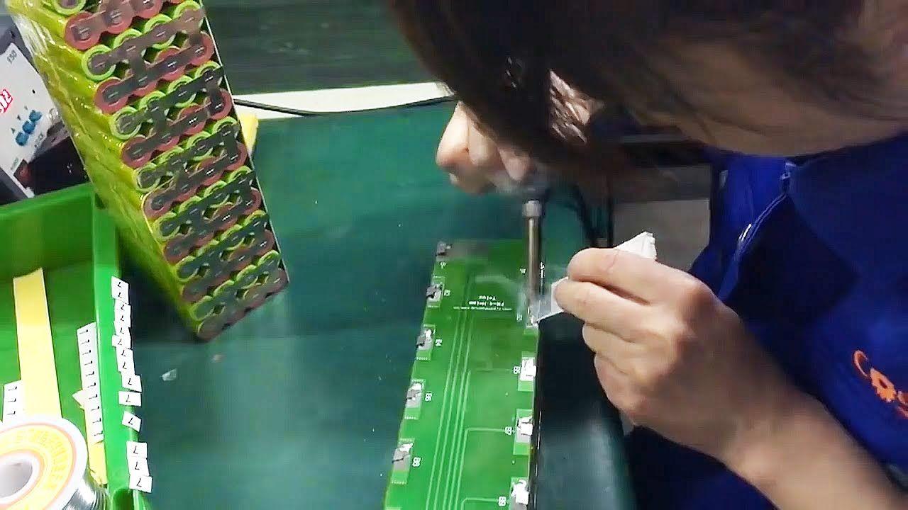 Het samenstellen van een grote batterij van 18650 lithium-ion batterij.