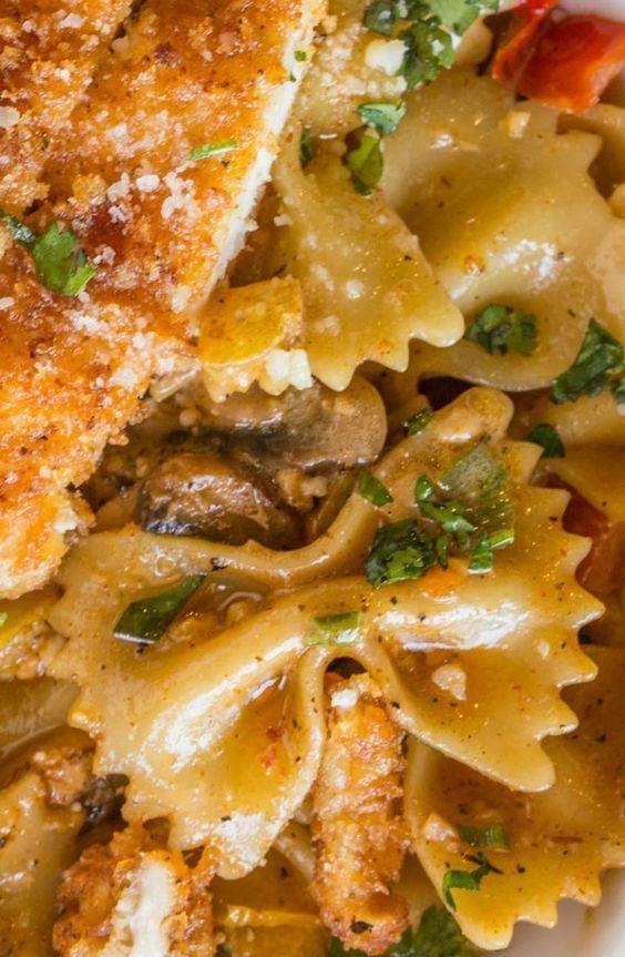 Cheesecáke Fáctory Copycát Louisiáná Chicken Pástá with Pármesán, mushrooms, peppers ánd onions in á spicy cájun creám sáuce.