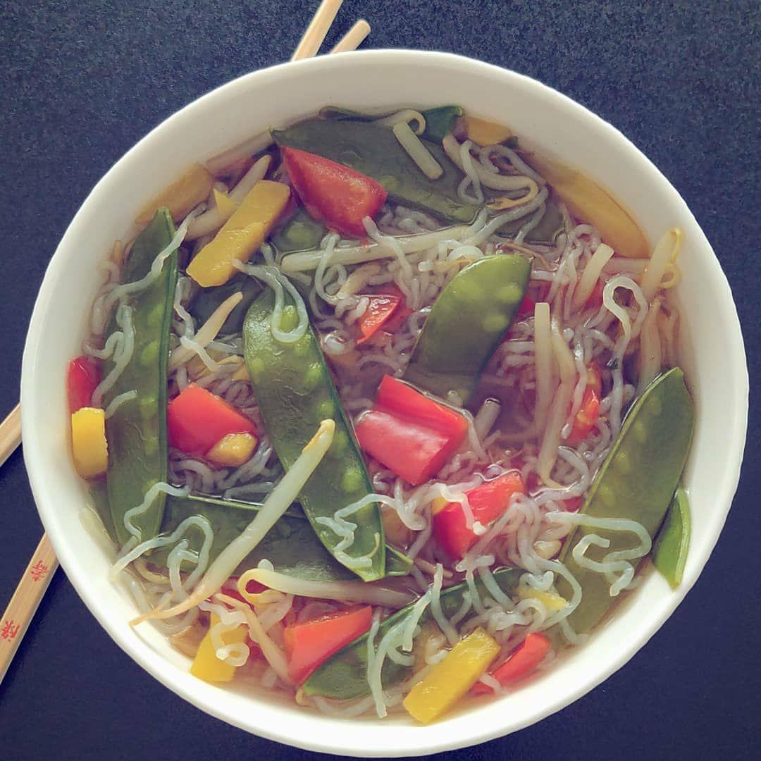 Werbung (unbezahlt) English below . 🇩🇪 Yummy! Gesunde, selbstgemachte asiatische Suppe vollgepackt mit Gemüse und Nudeln aus der Konjakwurzel 😋 . 🇬🇧 Healthy, homemade asian soup jampacked with vegetables and konjac noodles  Alternative: Zucchini noodles . .