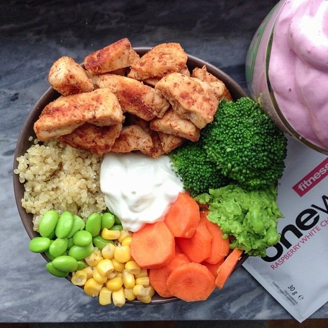 Lunch after back & shoulders! Quinoa, chicken, veggies, edamame beans & quark+ a glass with protein fluff made with @Michelle Hevey one whey raspberry white chocolate #fitnessguru
