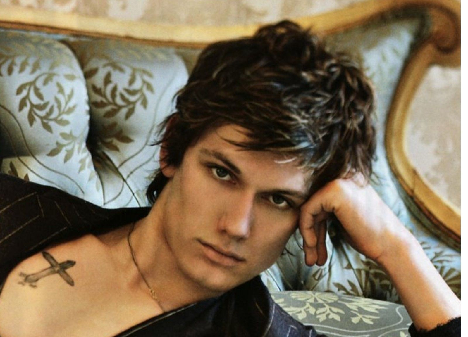 Not Exactly Lucas Carter But This Is A Hot Pic It Reminds Me Of Him Somehow Black Hair Blue Eyes Alex Pettyfer Blue Eyed Men