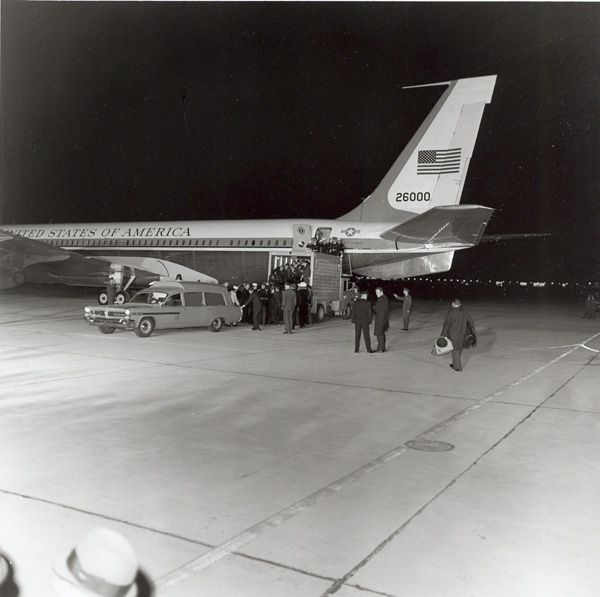 1963. 22 Novembre. Arrival of Air Force I at Andrews Air Force Base, by Cecil Stoughton