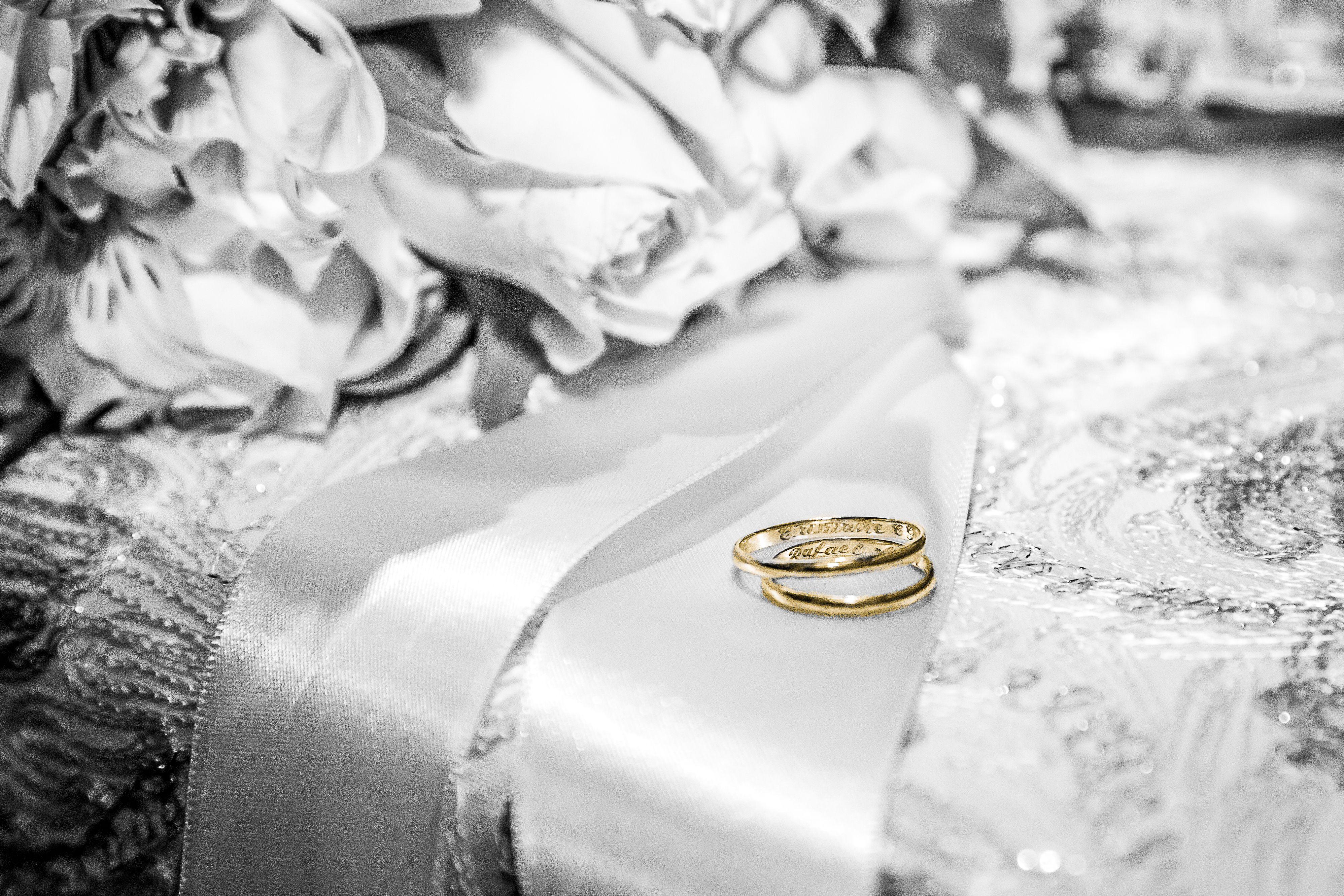 Alianças fotografadas logo após a cerimônia de casamento na igreja.