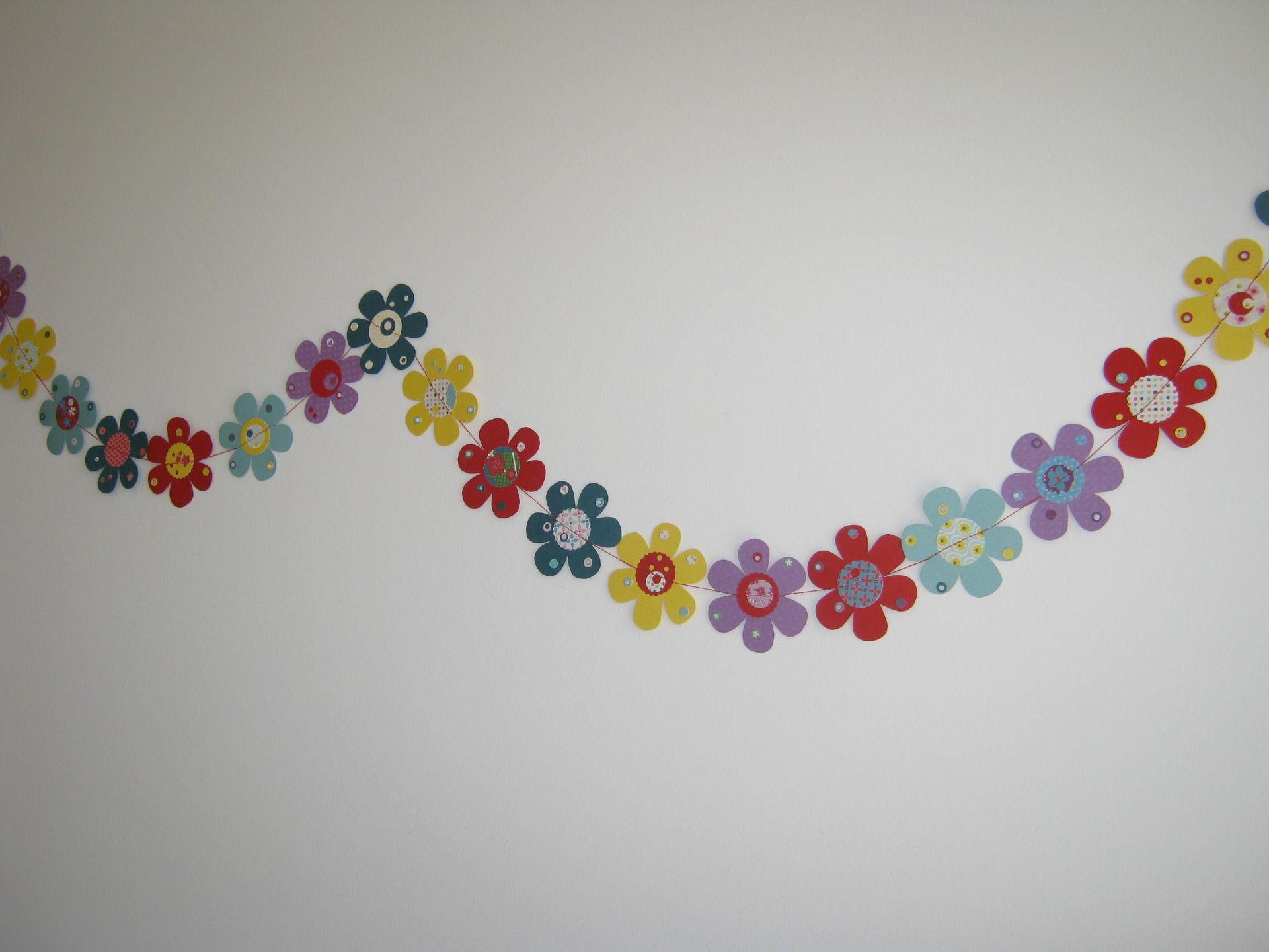 guirlandes fleurs en papiers multicolores d coration int rieure maison accessoires de maison. Black Bedroom Furniture Sets. Home Design Ideas