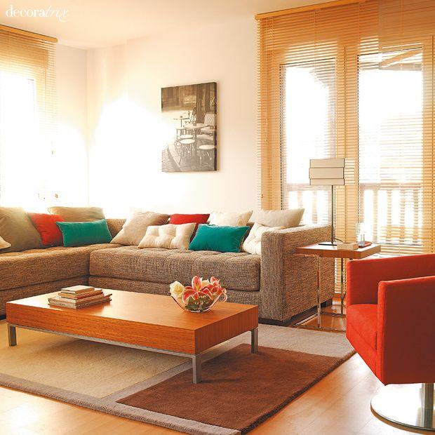 Un sal n moderno con un sof esquinero gris salones for Decorar espacios pequenos modernos