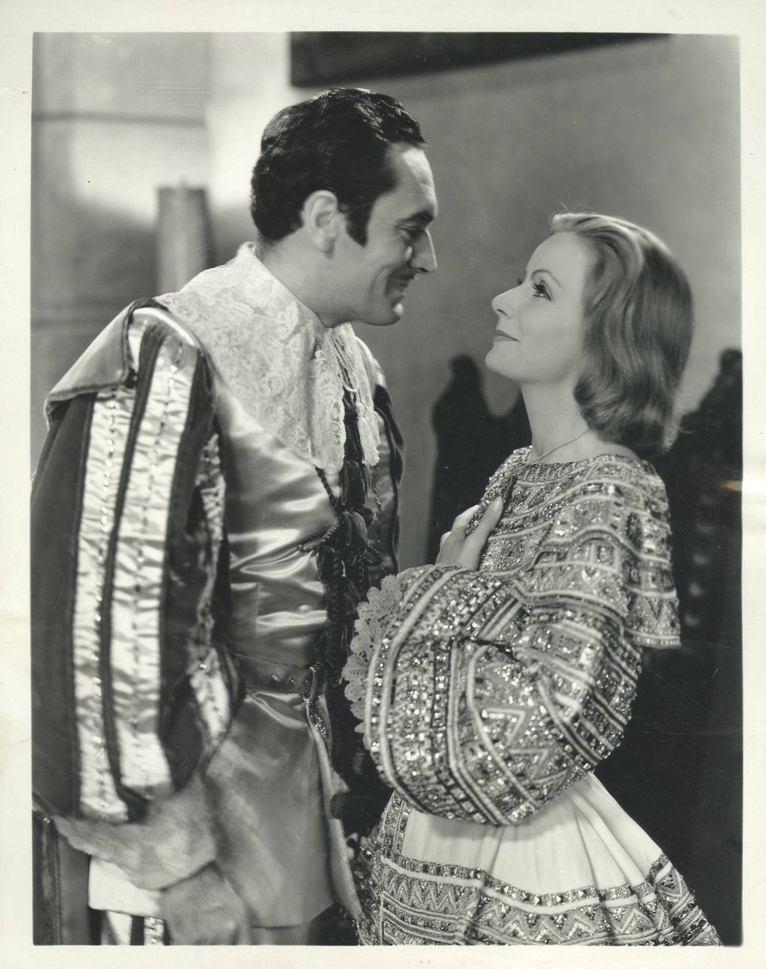 """Fotografía en la que aparecen John Gilbert y Greta Garbo en """"La reina Cristina de Suecia"""" (Queen Christina) (1933) con vestuario diseñado por Adrian  #SilentMovies"""