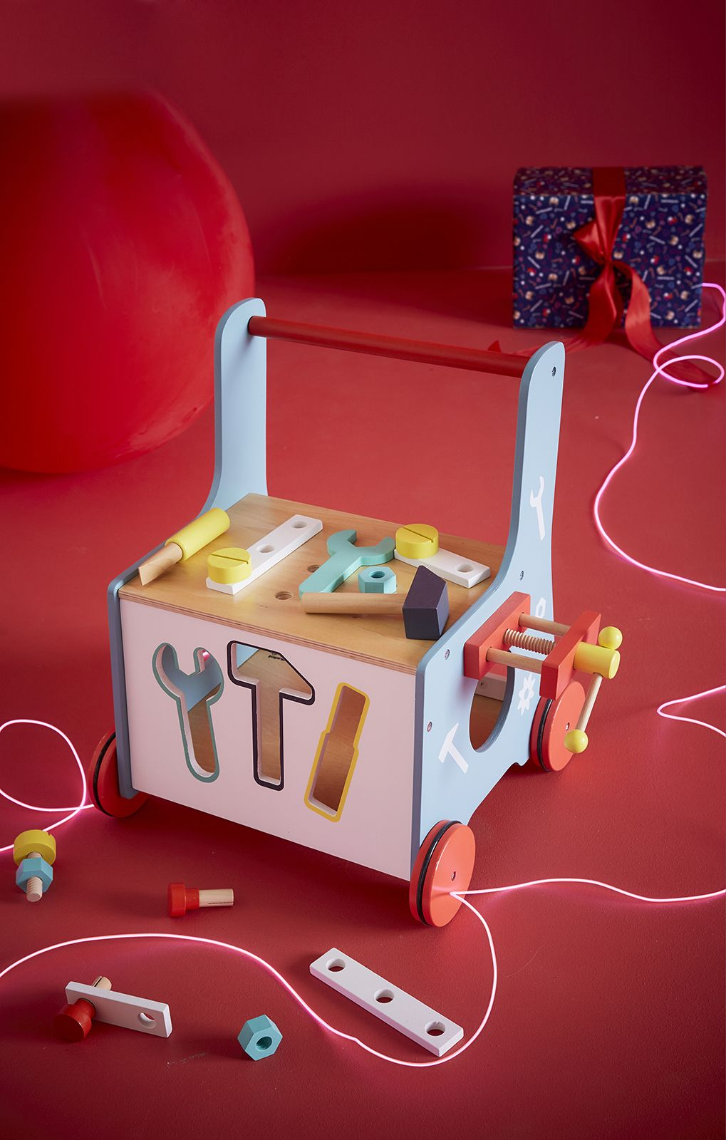 Chariot  établi avec  outils en  bois Tout le matériel nécessaire pour  bricoler a1a1a4bffd8