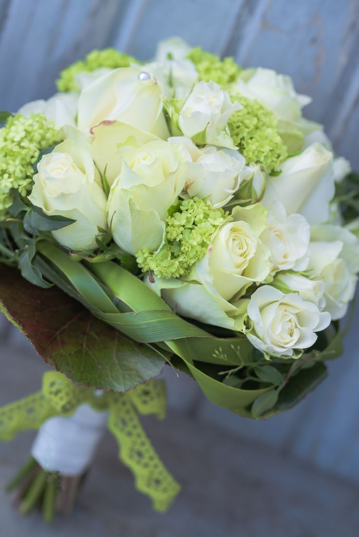 Brautstrauss Weiss Grun Flowers In 2019 White Wedding Bouquets