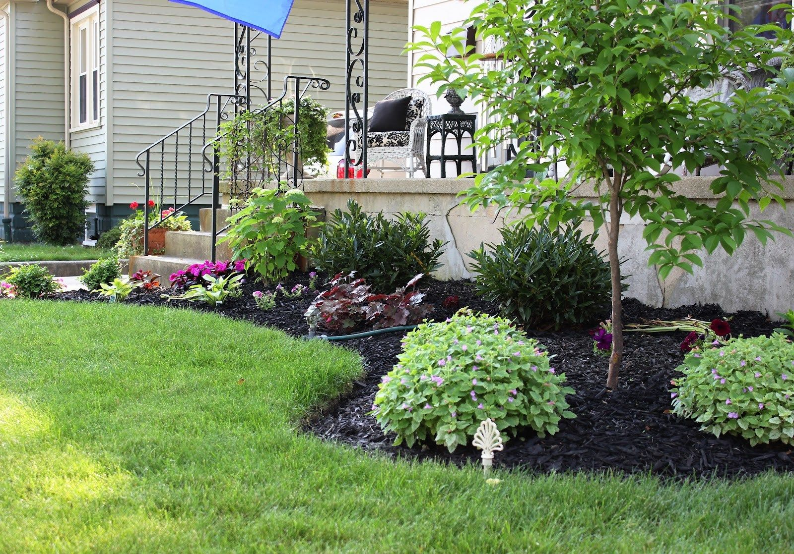 Awesome Garden Ideas For Front Of House Ideas If You Re Searching For Ideas To Decorate Your Garden Front Of House Front Yard Landscaping Flower Bed Designs