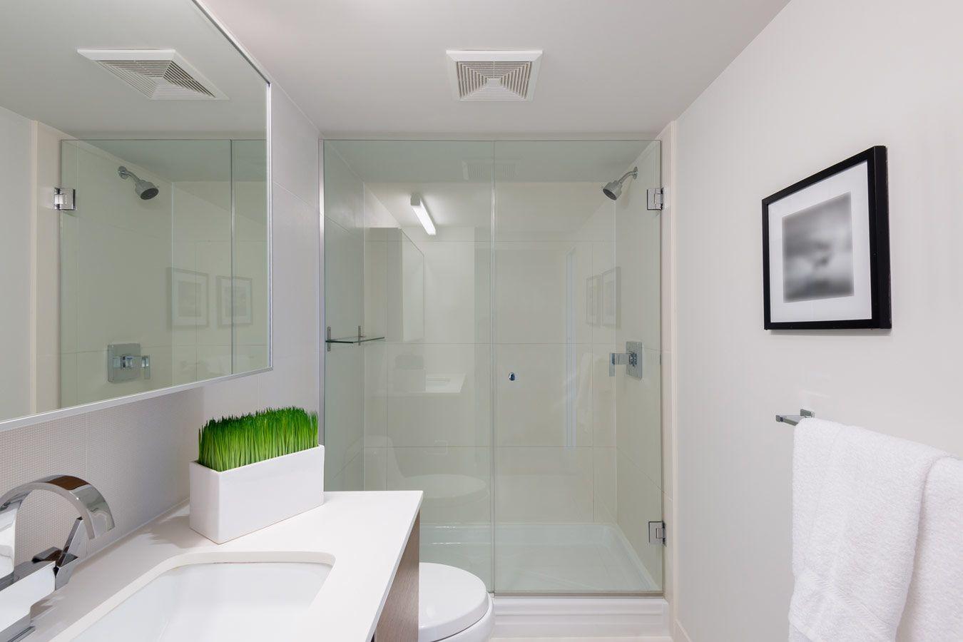 gesloten douche met glazen douchewanden kleine badkamer