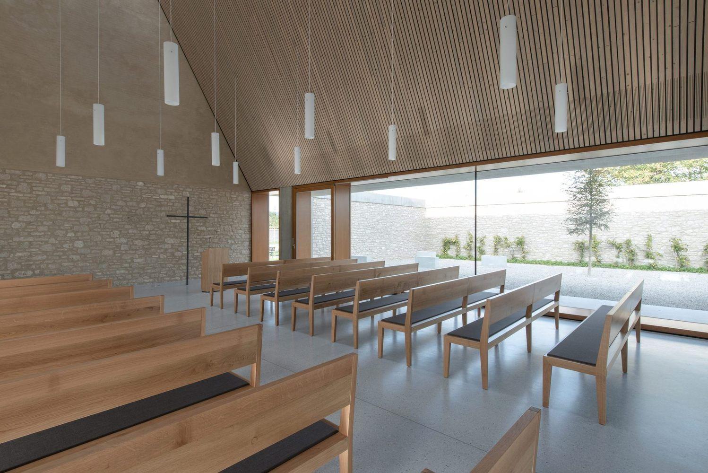 Galer a de capilla funeraria ingelheim bayer strobel - Modern funeral home interior design ...
