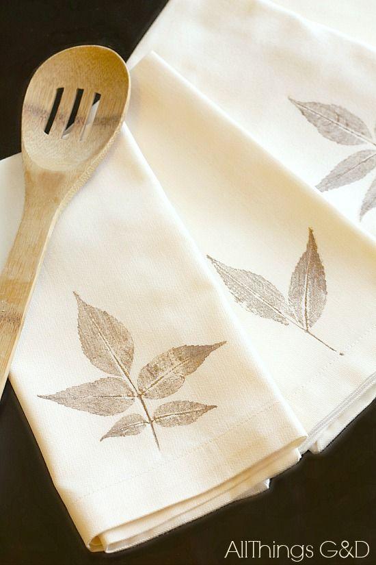 DIY Folha Stamped Guardanapo Tutorial - uma maneira bonita simples para trazer alguma decoração de outono para sua mesa de jantar.  | Www.allthingsgd.com