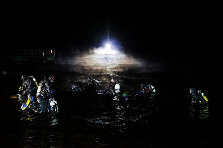 Vangitseva näky: Näin upeana loisti Rauhaniemi, kun 46 sukeltajaa kävi yhtä aikaa tumman pinnan alla - Aamulehti