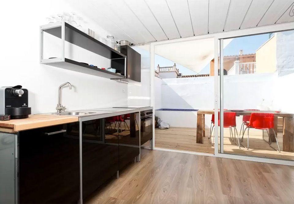 Køkken med udgang til terrasse