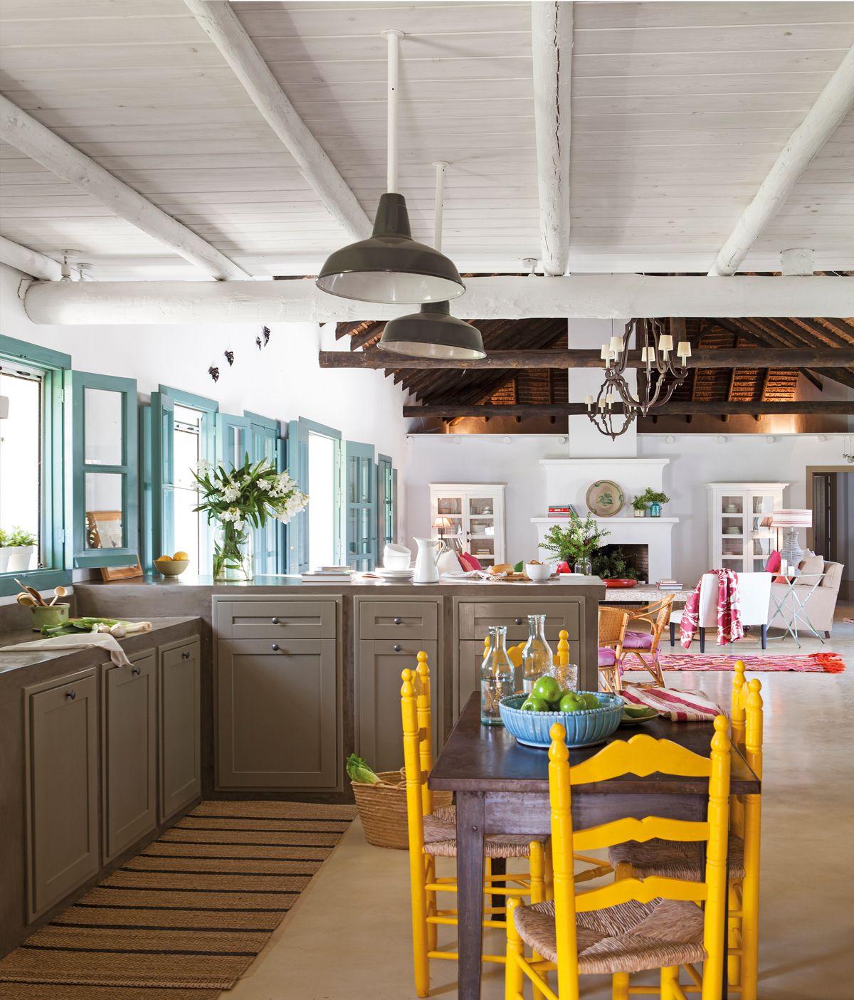 Muebles pintados gana vida y color decoraci n for Sillas cocina amarillas