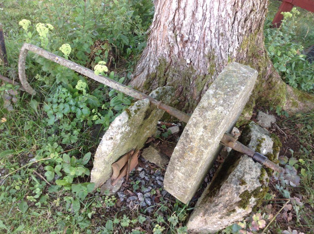 Slipstenen står kvar på gårdsplanen.