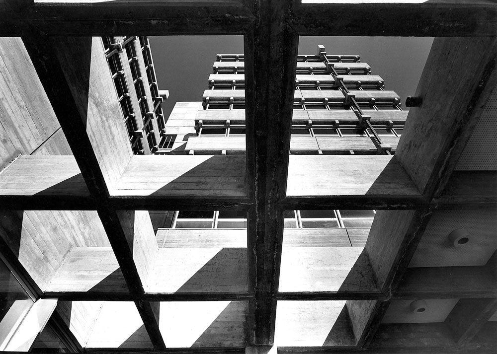 """בניין קופת חולים לין בחיפה. אחד המבנים שמוצגים בתערוכה """"בזכות האיפוק"""" כמייצגים של הברוטליזם החיפאי ( צילום: משה גרוס - קרן אור, באדיבות רכטר אדריכלים )"""