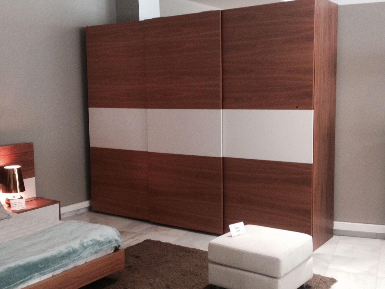 oferta #Armario con #puertas correderas en chapa de #nogal y laca ...