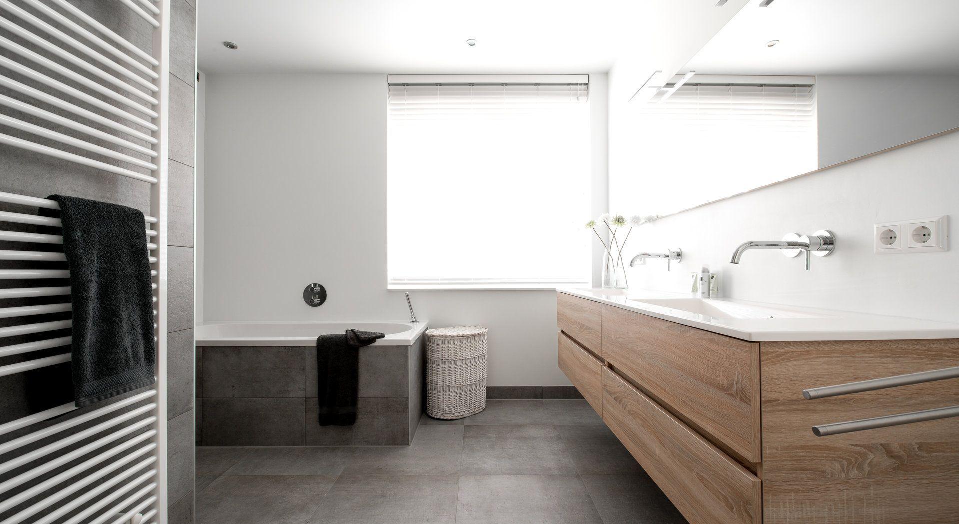 Badkamer van Middelkoop Culemborg. Strakke badkamer met wit stukwerk ...